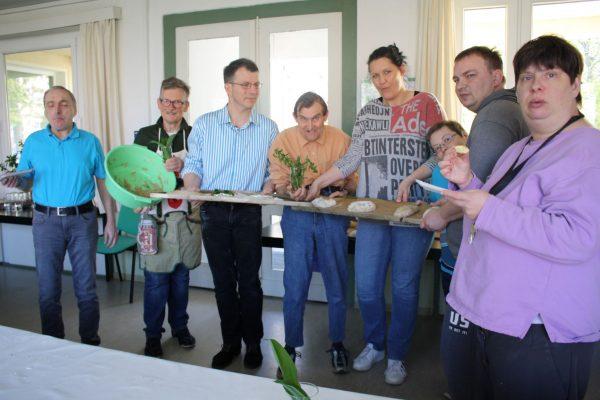 Osterbrot backen mit den Bewohnern der Lebensgemeinschaft Elstertal der Volkssolidarität