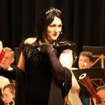 Stephan Gogolka als Frau Prof. Mario Kallas Foto: Sächsische Bläserphilharmonie, René Geipel