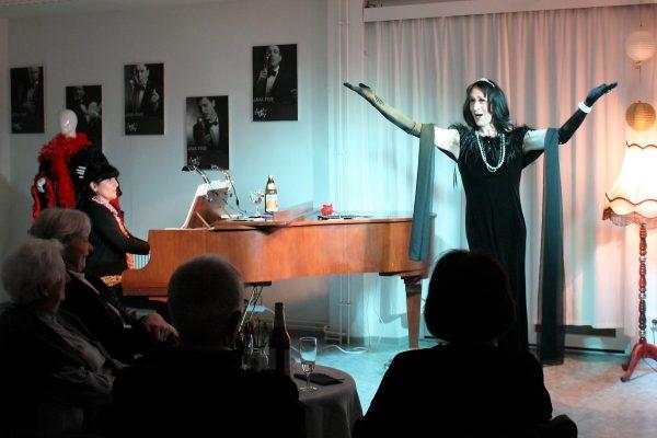 Stephan Gogolka als Frau Prof. Mario Kallas -10